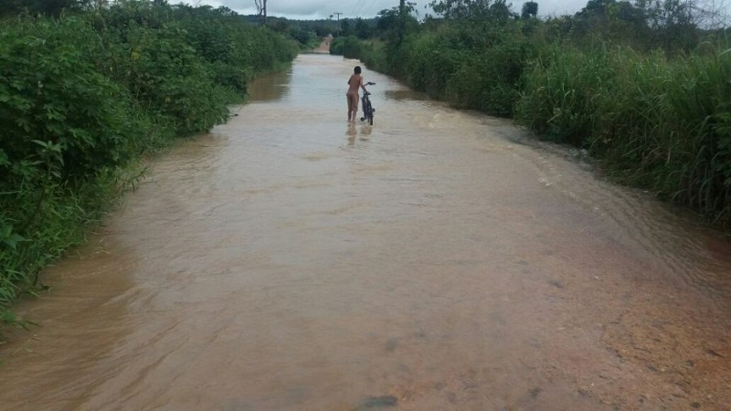 Ponte submersa pela agua (Foto Claudinho Leite)