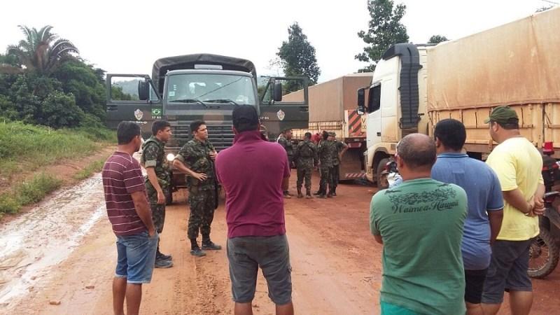 Exercito auxiliando motorista na rodovia BR-163 Município de trairão no Pará.
