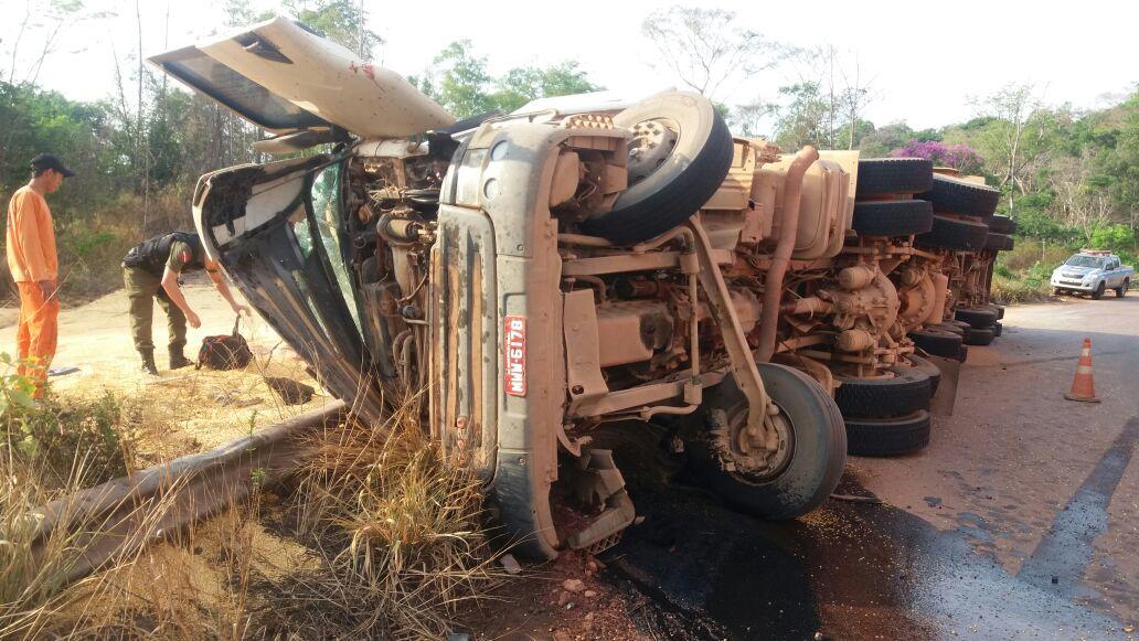 BR 163-Carreta carregada de milho tomba e motorista é vítima fatal na serra do curúa no pará