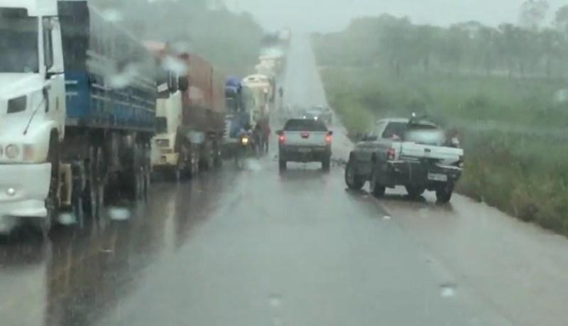 Motoristas fecham via lateral da rodovia BR-163