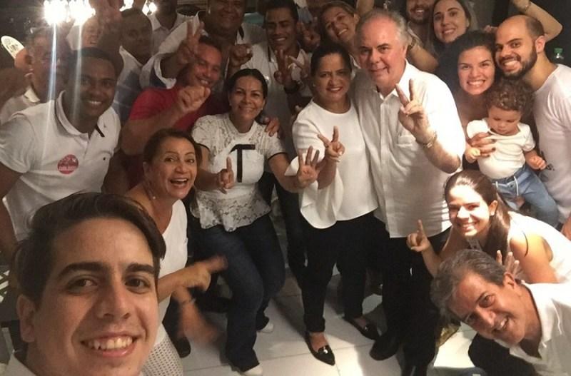 Célia Sales (centro) comemora vitória nas urnas com parentes e amigos (Foto: Ana Clara Marinho/G1)