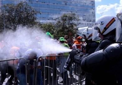 Polícia reage com bombas e gás contra protesto pela saída de Temer e fim das reformas no DF