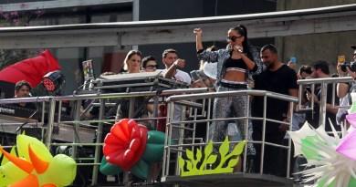 WS1 SÃO PAULO - 18/06/ 2017 - 21º PARADA ORGULHO LGBT - CIDADES - A cantora Anita se apresenta em trio elétrico,durante a 21° Parada do Orgulho LGBT na Avenida Paulista, em São Paulo, neste domingo (18). Esse ano, o evento traz como tema: 'O Estado Laico. FOTO:WERTHER SANTANA/ESTADÃO