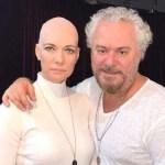 Laura Wie raspa a cabeça e anuncia cura de câncer de mama