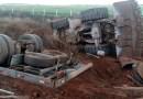 Carreta que transportava duas carregadeiras tomba na BR-163 em Nova Mutum