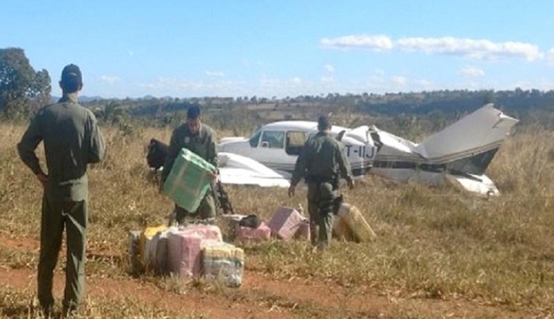 Avião com 500 kg de cocaína é interceptado em Jussara (Foto: Divulgação/PM)