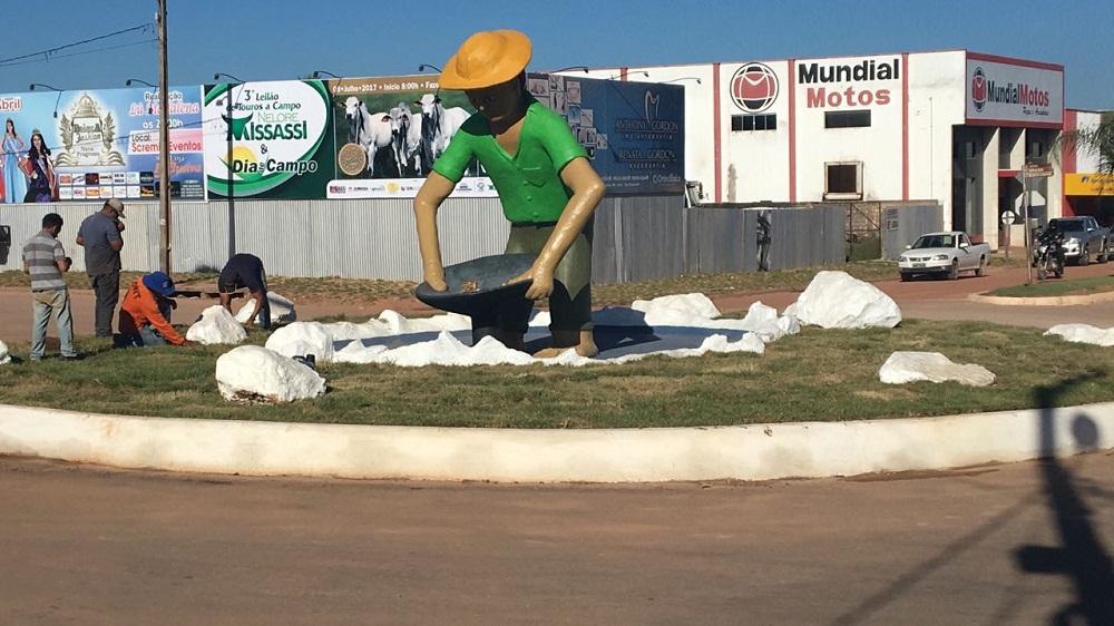 """Estátua em homenagem aos """"Garimpeiros"""" está pronta para ser inaugurado ao som de Amado Batista em Novo Progresso"""