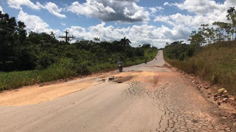 Danos no asfalto e enormes crateras são alguns dos problemas enfrentados pelos motoristas (Foto: Felype Adms)