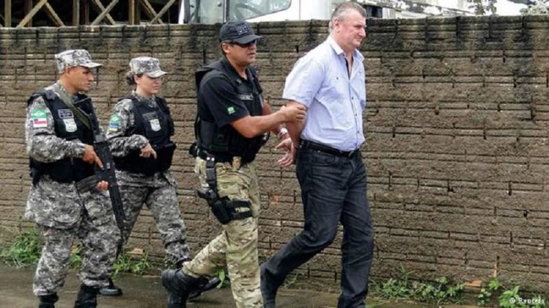 Ezequiel Castanha é conduzido por policiais no dia de sua prisão. Imagem: Reuters