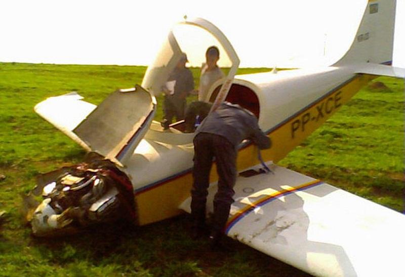 Avião com o mesmo prefixo fez pouso forçado em propriedade rural em Divinópolis em 2010 (Foto: Corpo de Bombeiros/Divulgação)