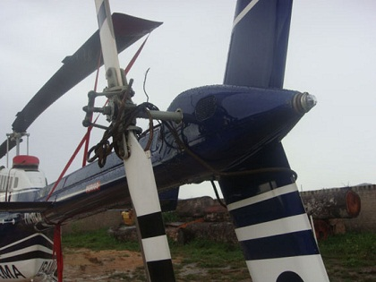 Helicóptero do Ibama amarrado com cabo de aço.