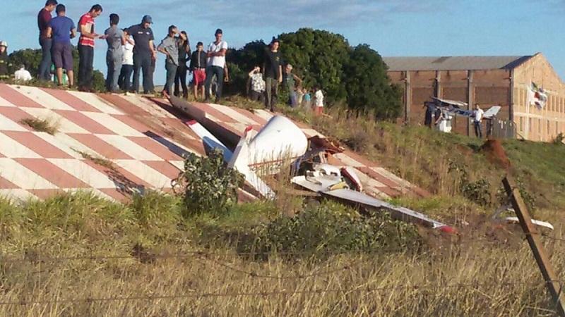 Avião caiu na cabeceira de aeroporto em Pará de Minas (Foto: Sérgio Viana)