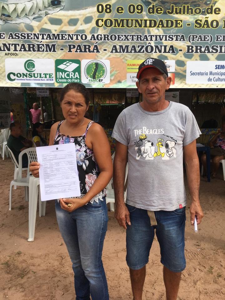 Família assentada exibe o título provisório recebido do Incra/Superintendente do Incra, Rogério Zardo, assina título provisório a família assentada