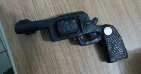 Arma de Brinquedo presa com Davi Sene
