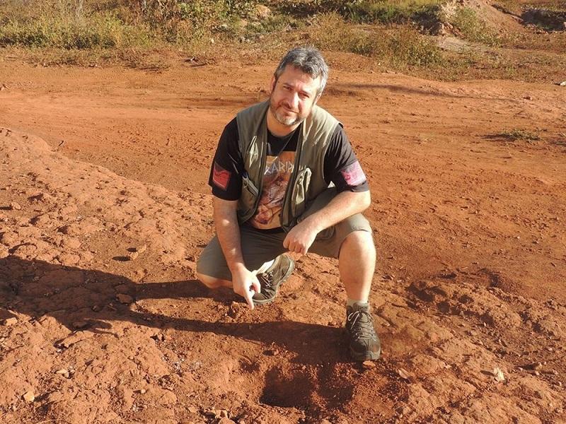 Geólogo mostra o local da queda do meteorito (Foto: Paulo Matioli)