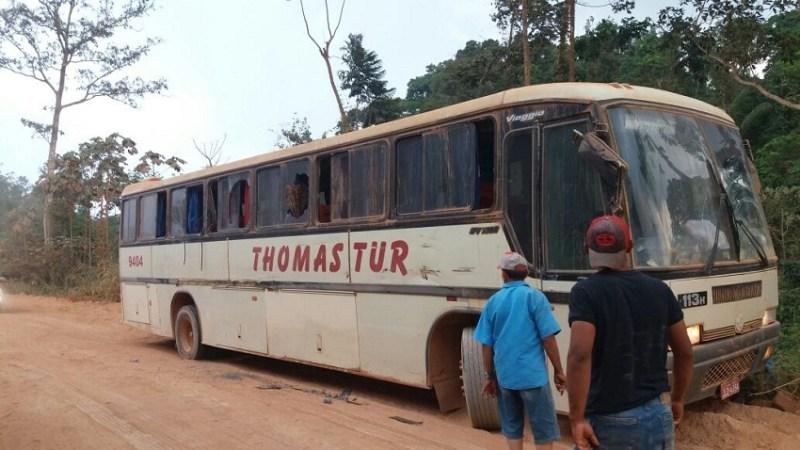 Ônibus teve danos na parte dianteira porta e para brisa