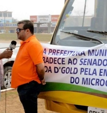 Prefeito Macarrão (PSC),anunciando para imprensa chegada do veiculo.