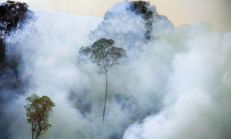 Área em chamas na Floresta Nacional de Jamanxim. O fogo é usado para destruir a floresta
