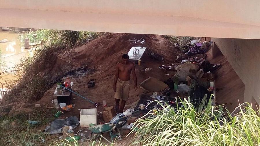 Homem mora embaixo de ponte em Novo Progresso