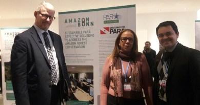A Secretaria de Estado de Meio Ambiente e Sustentabilidade (Semas) apresentou na Feira de Resultados, que é realizada de forma simultânea aos eventos da Convenção-Quadro das Nações Unidas sore Mudanças do Clima – COP 23, realizada em Bonn, na Alemanha, as políticas públicas ambientais e de desenvolvimento sustentável dos estados da Amazônia Legal. Uma das ferramentas demonstradas pelo estado do Pará dentro do objetivo de cooperação internacional para a proteção das florestas, enfrentamento às mudanças do clima e promoção do desenvolvimento sustentável na Amazônia, foi o Centro Integrado de Monitoramento Ambiental (Cimam). A exposição retratou o investimento em tecnologia da informação e produção de conhecimento para assegurar ações efetivas de desenvolvimento sustentável do território. Na foto (esq/dir), embaixador da Noruega no Brasil, Nils Martin Gunneng, a diretoria da Semas, Maria Gertudres e o secretário adjunto Thales Belo.   FOTO: ASCOM / SEMAS DATA: 15.11.2017 BELÉM - PARÁ