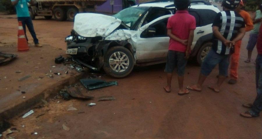 Carro é parcialmente destruído em grave acidente na cristalina com avenida Orival Prazeres