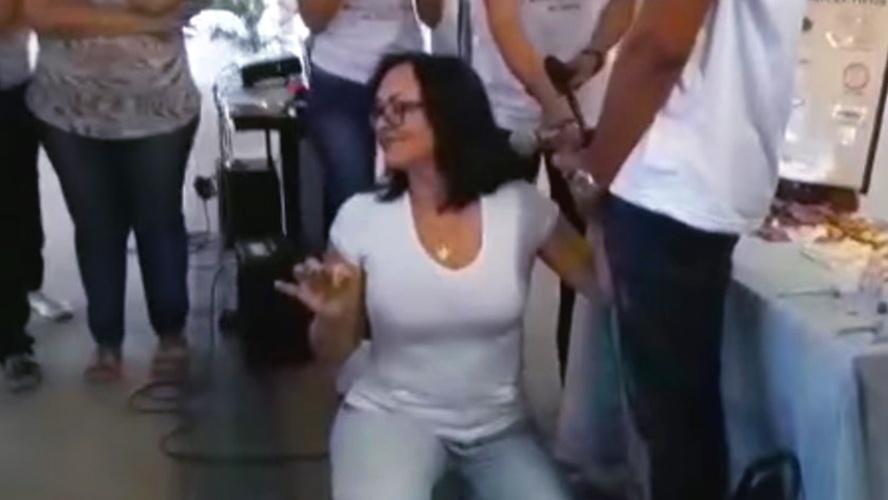 Polêmica: professora simula sexo oral em aluno dentro de sala de aula;assista Vídeo