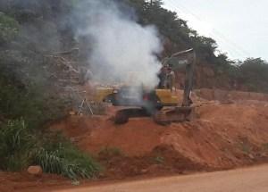 Escavadeira com principio de incêndio em trabalho na rodovia (foto Jornal Folha do Progresso)