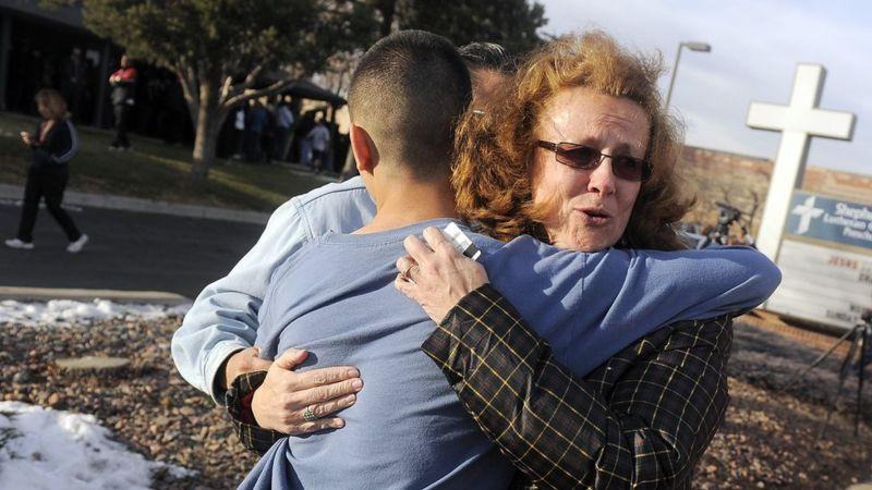 Mãe abraça filho após tiroteio nos EUA Direito de imagem Getty Images Estudo do FBI mostra que escolas primárias e secundárias têm sido os principais alvos de tiroteios