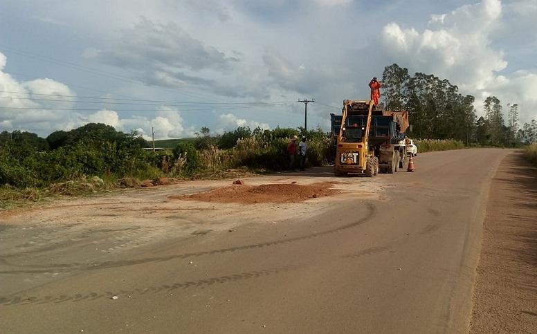 """Reportagem flagra funcionários da empresa 'Fratello Engenharia"""" jogando terra na em buraco de rodovia BR 163 em Novo Pregresso-PA."""