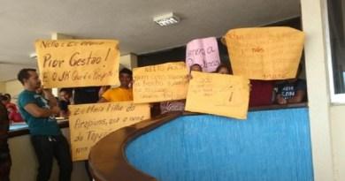 Professores indígenas em manifestação na Prefeitura (Foto: Cissa Loyola/TV Tapajós)