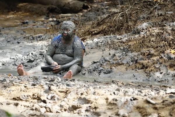 Para participar do bloco Pretinhos do Mangue foliões devem se sujar com a lama do mangue de Curuçá (PA). (Foto: Tarso Sarraf / O Liberal)