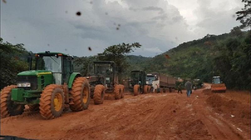 Caminhões chegaram a ser puxados por máquinas na BR-163 para chegarem aos portos do Pará (Foto: João Miranda/Arquivo pessoal)