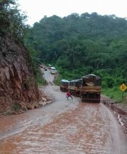 Trecho da serra liso escorregadio impedia o trafego na BR 163 (Serra de Moraes-Arquivo Jornal Folha do progresso).