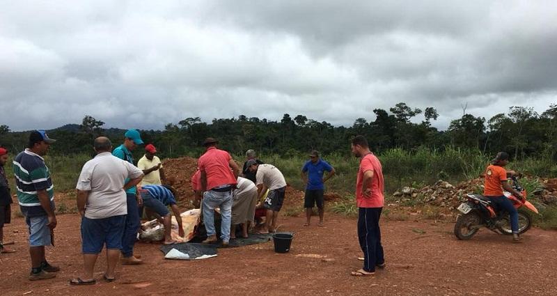 Um fazendeiro na região doou um bovino para eles se alimentar.