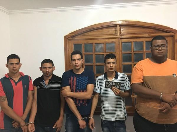 Suspeitos foram presos após abordagem na BR-163 (Foto: Polícia Militar/Divulgação)