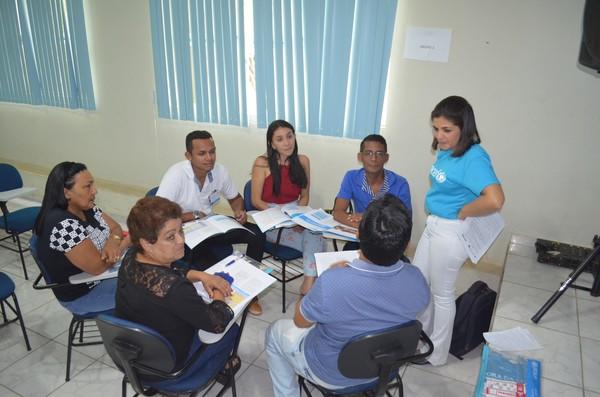Kassya Fernandes, do Peabiru, orientou e explicou para os representes dos 25 município sobre a nova edição do Selo Unicef (Foto: Fábio Cadete/G1)