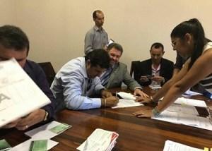 Prefeito Macarrão assinando recebimento dos equipamentos em Belém.(Foto WhatsApp)