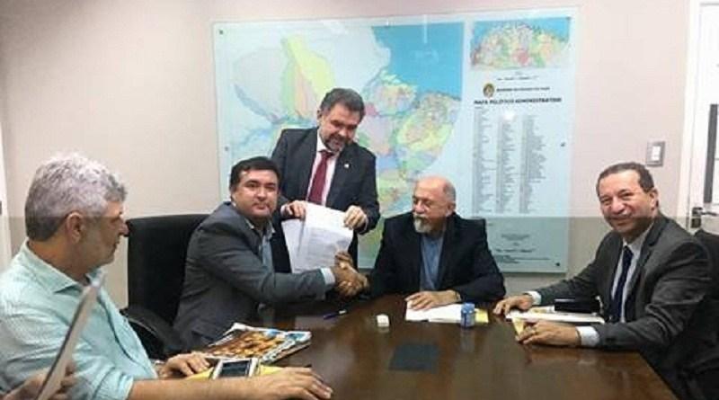 Prefeito Macarrão (PSC) com Governador Simão Jatene (PSDB) na assinatura do convenio.