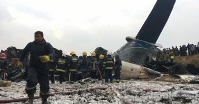 Avião caiu no aeroporto de Katmandu, no Nepal, na manhã desta segunda-feira (12) (Foto: Niranjan Shreshta/ AP)