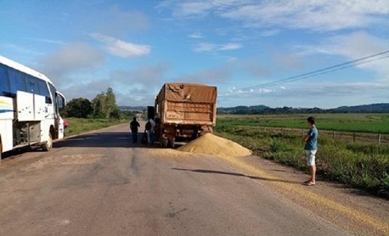Caminhão carregado co soja envolvido no acidente com ônibus(Foto WhatsApp)