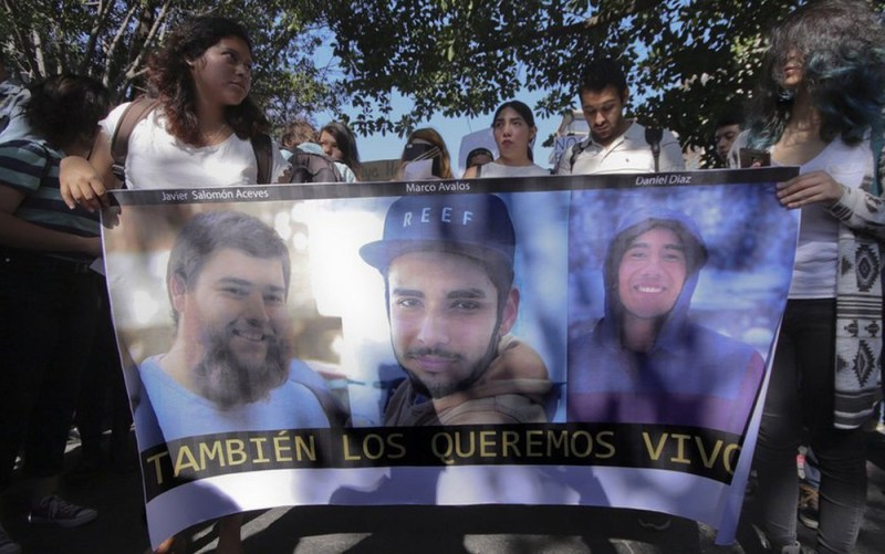 Salomón Aceves, Marco García e Daniel Díaz foram assassinados por bandidos de um cartel de drogas de Jalisco ao serem confundidos com membros de facção rival quando voltavam de uma filmagem para a universidade (Foto:EPA)