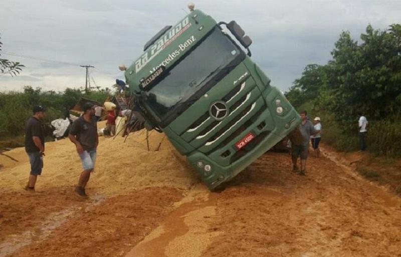 Carregada de soja- Carreta tomba deixa rodovia BR 163 parcialmente interditada em Novo Progresso