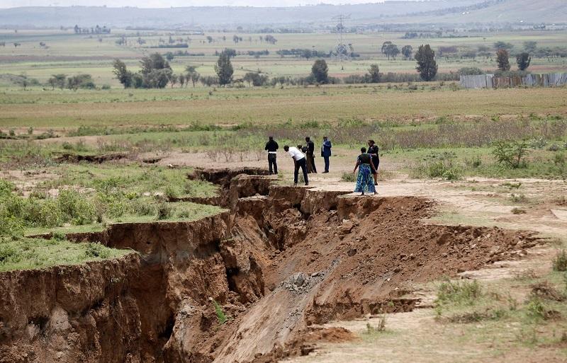 A fissura já levou a evacuações de zonas rurais no sudoeste do Quênia e seguirá se expandindo pelo continente (Foto: Thomas Mukoya/Reuters)