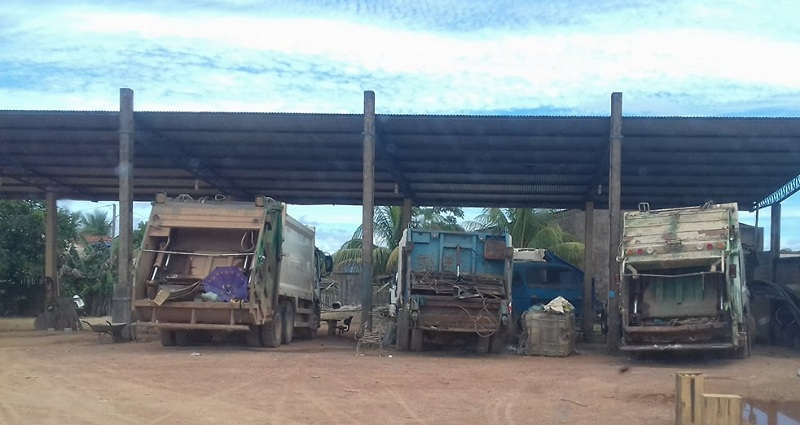 Caminhões parados no patio da empresa