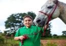 Menino que não enxerga participa de competições com cavalo cego e se torna paratleta em MT