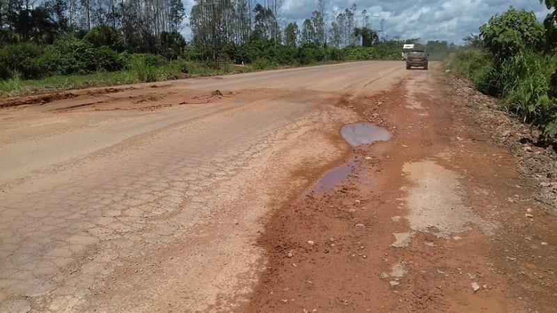 Terra é usada pela empresa Fratello Engenharia para tapar buraco na rodovia BR 163 no Pará (Foto Jornal Folha do Progresso)