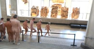 nudistas-visitam-museu-palais-de-tokyo-em-paris-na-franca-1525911564198_615x470