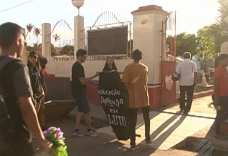 Cortejo seguiu até o cemitério (Foto: Reprodução/TV Liberal )