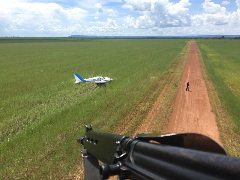 Em outra situação, em Barra do Bugres, piloto fez pouso forçado em estrada de terra e fugiu em seguida (Foto: FAB/ Divulgação)