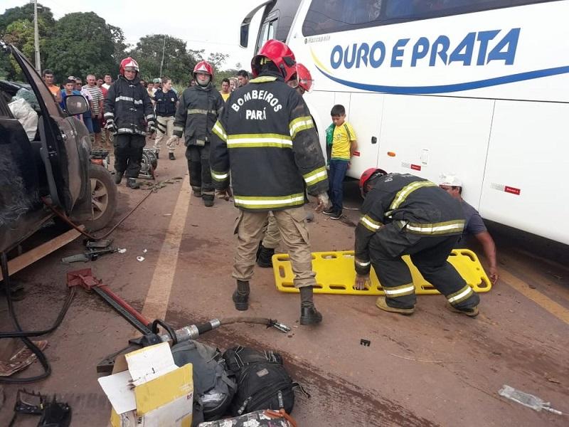 Vítimas sendo atendidas por bombeiros na BR-163 em Belterra após batida entre ônibus e caminhonetes (Foto: Débora Rodrigues/TV Tapajós)